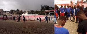jovens jogando futebol copie