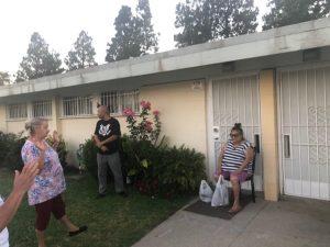 Voluntarios del proyecto Ángeles de la Noche proveyéndole bolsas de alimentos a las familias necesitadas en Pacoima, California