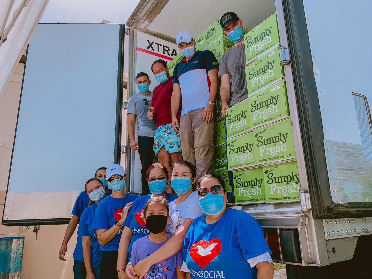 El proyecto Ángeles de la Noche en Santa Ana, California distribuyendo alimentos y una palabra de vida