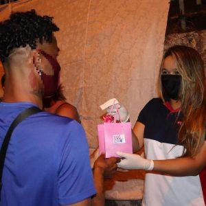 Los viernes por la noche, los voluntarios caminan por las calles ofreciendo ayuda a las personas en la prostitución en Brasil