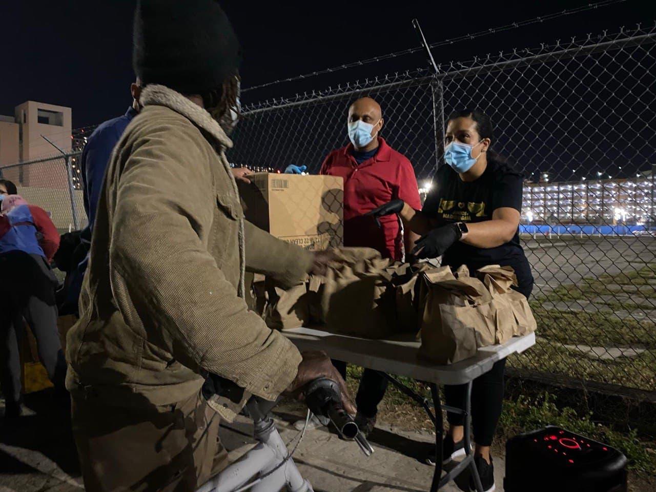 Integrantes del EVG van de casa a casa a llevar las buenas nuevas a los más necesitados