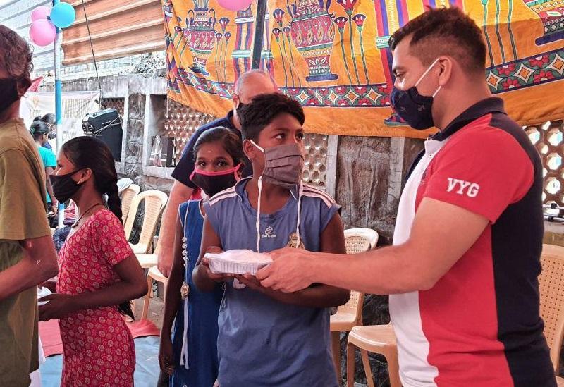Los voluntarios llevan la comida física y espiritual a los residentes de la comunidad en Chennai, India3 min read