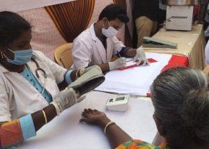 Los voluntarios llevan la comida física y espiritual a los residentes de la comunidad en Chennai, India