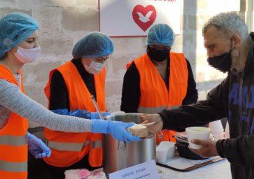 El grupo de voluntarios llevan donaciones a orfanatorios en India