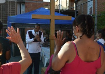 Voluntarios del T-Ayudo de Mendoza, Argentina asisten a las familias necesitadas