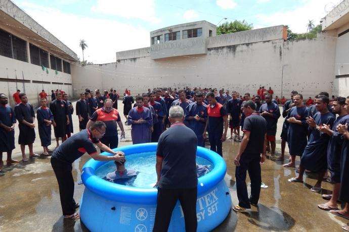 Centenas de presos se batizam nas águas em Minas Gerais2 min read