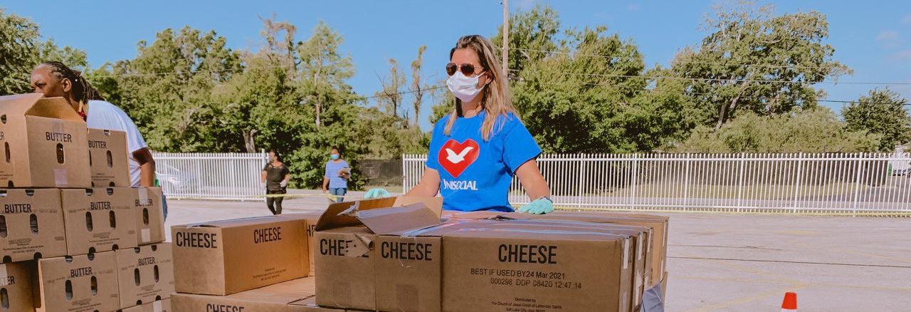 Voluntários distribuem 12 toneladas de alimentos à comunidade brasileira