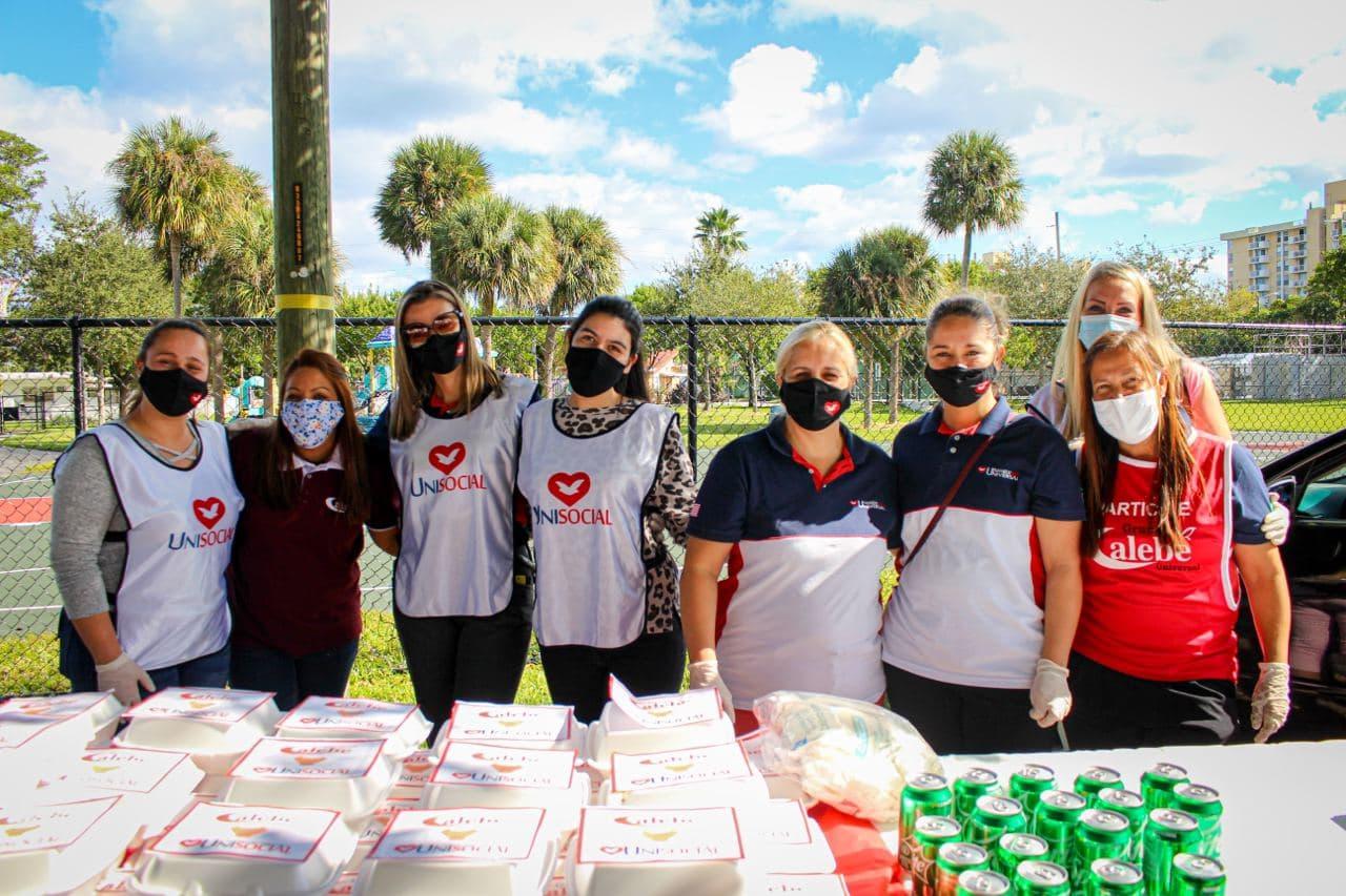 Voluntários da Universal dão assistência a desabrigados em Miami, Flórida.